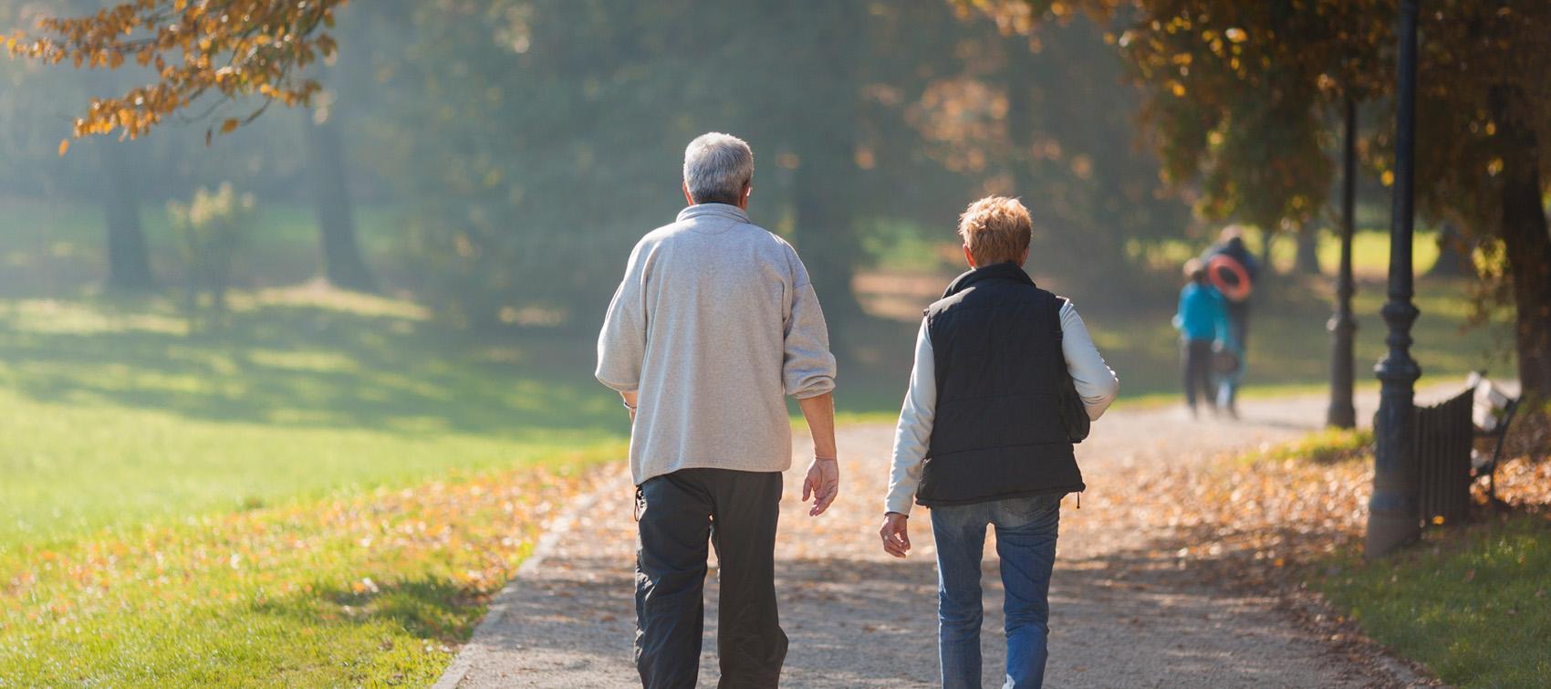 Senioren bei einem Parkspaziergang